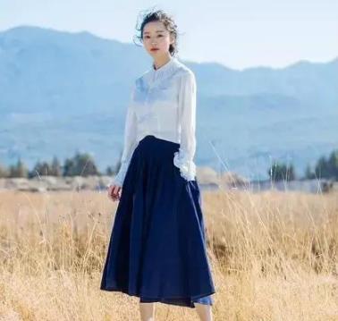 百褶裙搭配什么上衣好看,百褶裙美女图片