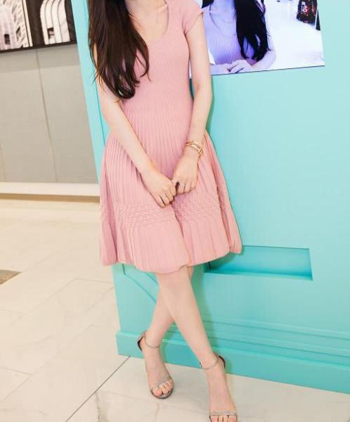 连衣裙让女性更显魅力:曼妙的身姿性感甜美的气质