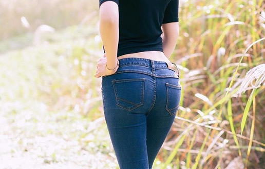 翘臀美女图片盘点:紧身牛仔裤遇上美女(图)