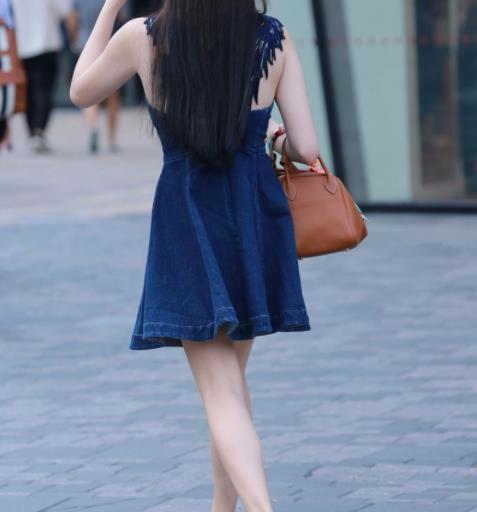 夏天裙子女孩子图片:小姐姐们衣服和身材相得益彰