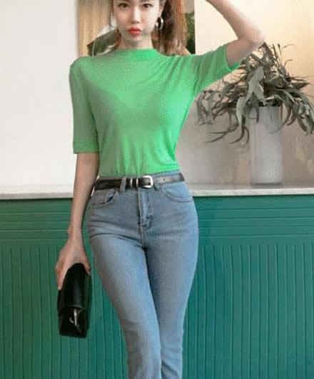 牛仔裤展现完美的曲线身材:牛仔裤释放女神唯美的气质