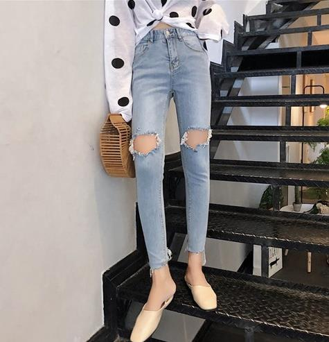 牛仔裤时尚精的最爱:2018秋季你需要一条牛仔裤