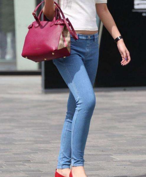 紧身裤牛仔裤时尚又吸睛:简洁大方时尚女性穿搭必选