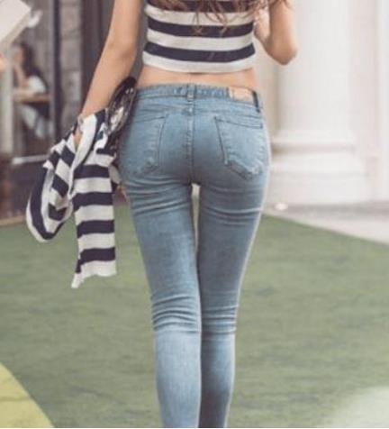 妹子身材腿型这么美:紧身牛仔裤出街满满女人味