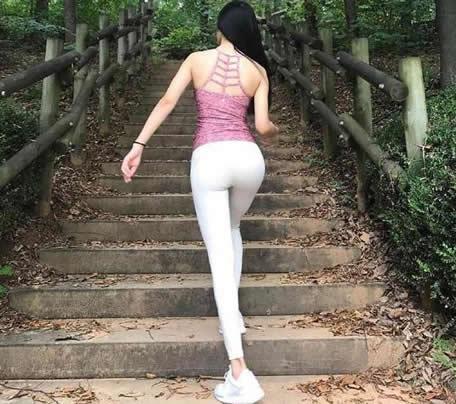 身材曼妙的打底裤美女:打底裤完美线条女人味十足