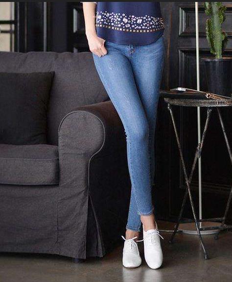 牛仔裤穿衣搭配图欣赏:时尚美女紧身裤跟随潮流
