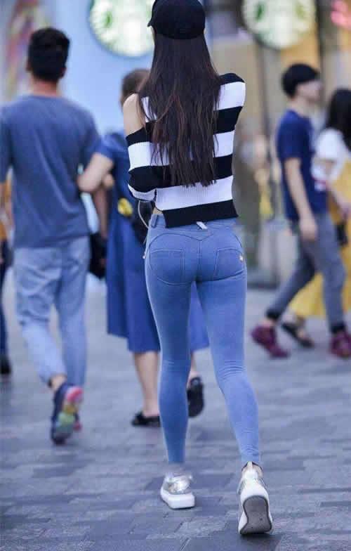 紧身裤的小姐姐背后看身材:确实不得了(图)