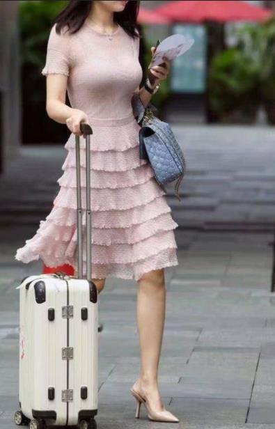 街拍时尚小姐姐们:腿长的妹子们都喜欢这样穿