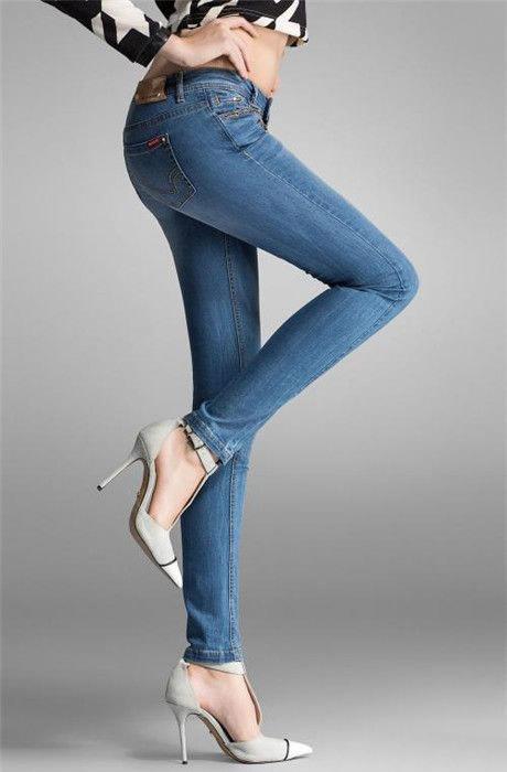 牛仔裤怎么洗不掉色:牛仔裤第一次怎么洗,洗牛仔裤方法