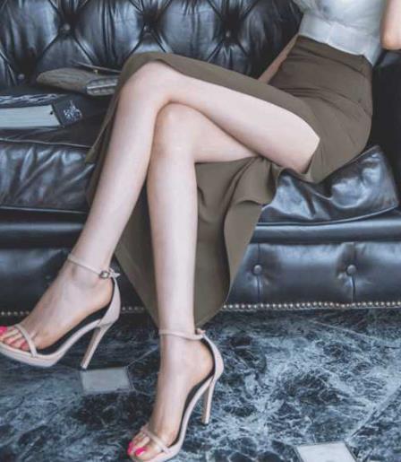 穿上包臀裙配上高跟鞋:女人特别迷人(图)