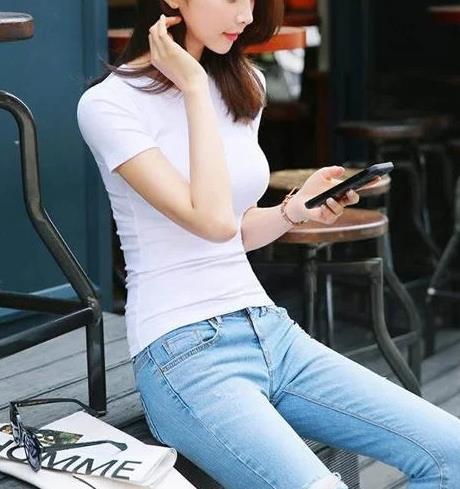 2018流行的牛仔裤真养眼,很多女生都在穿(图)