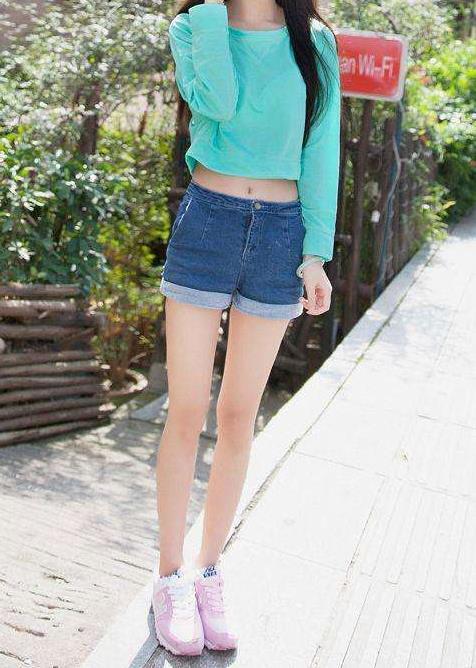 热裤紧身裤塑造女人完美身形:年轻清新甜美