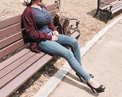 紧身牛仔裤让女人饱满又性感:女人味十足(图)