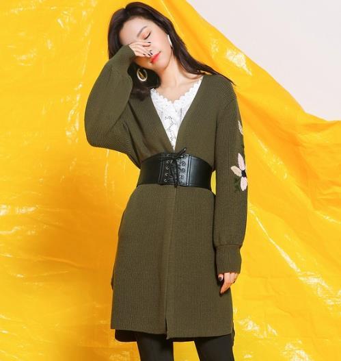 今年春季流行军绿色刺绣V领针织衫搭配(图)
